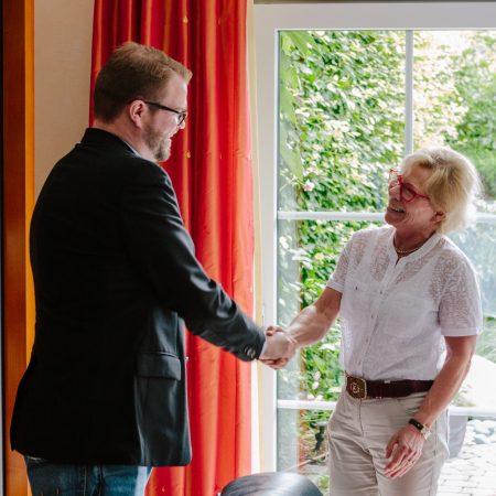 Übergabe per Handschlag. P Nick Bohle übernimmt die Amtsgeschäfte von PP Kristina Gaede-Schröder. Photo: Ralph Pache